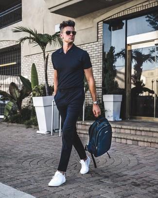 Cómo combinar: camisa polo negra, pantalón de vestir de rayas verticales negro, tenis de cuero blancos, mochila de lona en verde azulado