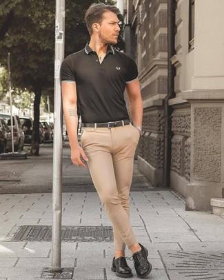 Cómo combinar: camisa polo negra, pantalón de vestir en beige, zapatos derby de cuero negros, correa de cuero negra
