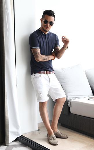 Cómo combinar: camisa polo azul marino, pantalones cortos vaqueros desgastados blancos, mocasín con borlas de cuero gris, correa de cuero marrón