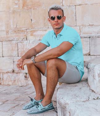 Cómo combinar: camisa polo en turquesa, pantalones cortos de seersucker grises, náuticos de cuero en turquesa, gafas de sol negras