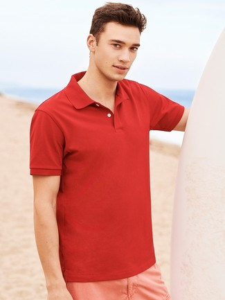 Cómo combinar: camisa polo roja, pantalones cortos rosados
