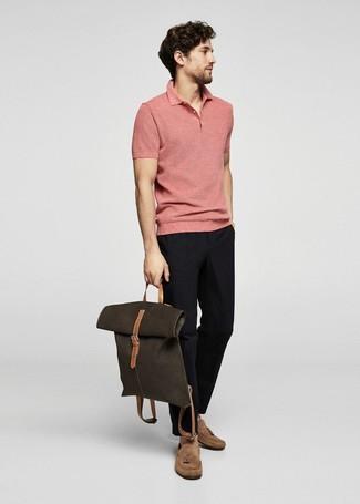 Cómo combinar: camisa polo rosada, pantalón chino negro, mocasín de ante marrón claro, mochila de lona verde oliva