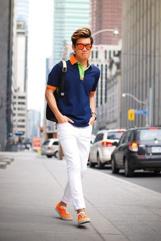 Cómo combinar: camisa polo azul marino, vaqueros pitillo blancos, tenis de lona naranjas, mochila negra