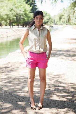 Cómo combinar: camisa sin mangas en beige, pantalones cortos rosa, zapatos de tacón de ante de leopardo marrón claro, correa de cuero rosa