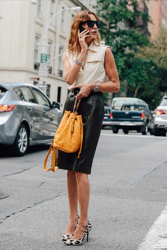 Cómo combinar: camisa sin mangas en beige, falda lápiz de cuero negra, zapatos de tacón de ante de leopardo blancos, mochila con cordón de cuero mostaza