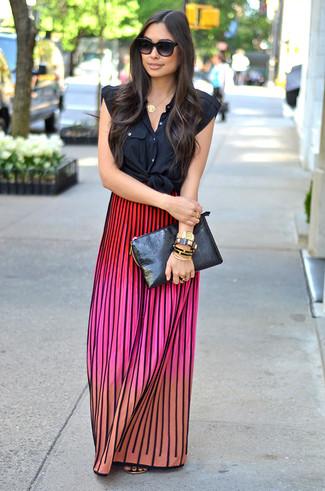 Cómo combinar: camisa sin mangas negra, falda larga de punto en multicolor, sandalias de dedo de cuero doradas, cartera sobre de cuero negra