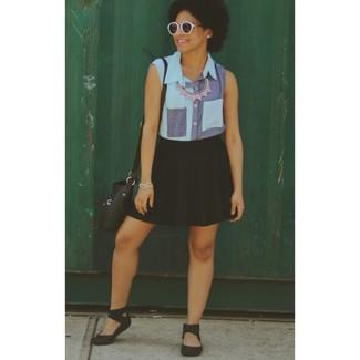 Cómo combinar: camisa sin mangas vaquera azul, falda skater negra, sandalias planas de goma negras, bolso bandolera de cuero negro