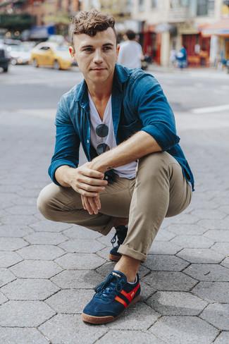 Cómo combinar: camisa vaquera azul, camiseta con cuello circular blanca, pantalón chino marrón claro, tenis azul marino