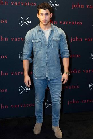 Cómo combinar: camisa vaquera azul, camiseta con cuello circular gris, vaqueros azules, botines chelsea de ante marrón claro