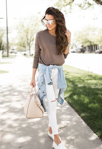 Cómo combinar: camisa vaquera celeste, camiseta de manga larga marrón, vaqueros pitillo desgastados blancos, zapatillas slip-on blancas