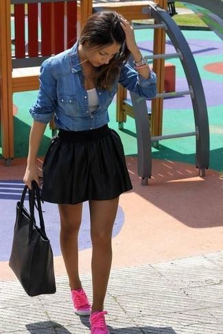 Cómo combinar: camisa vaquera azul, camiseta sin manga blanca, falda skater negra, tenis rosa
