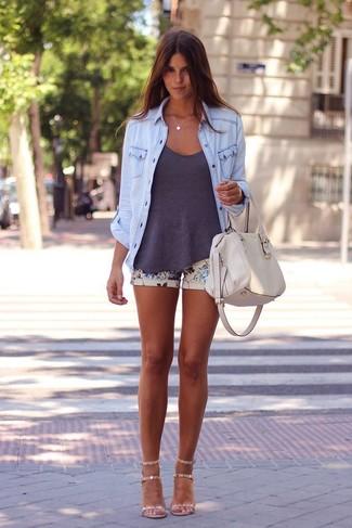 Cómo combinar: camisa vaquera celeste, camiseta sin manga en gris oscuro, pantalones cortos con print de flores en beige, sandalias de tacón de cuero en beige