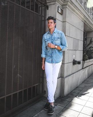 Cómo combinar: camisa vaquera celeste, pantalón chino blanco, náuticos de cuero negros, reloj de cuero en marrón oscuro