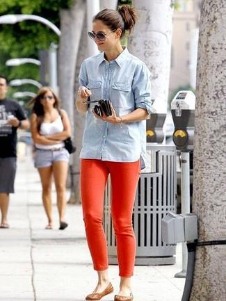 Cómo combinar: camisa vaquera celeste, vaqueros pitillo rojos, bailarinas de cuero marrónes, gafas de sol grises