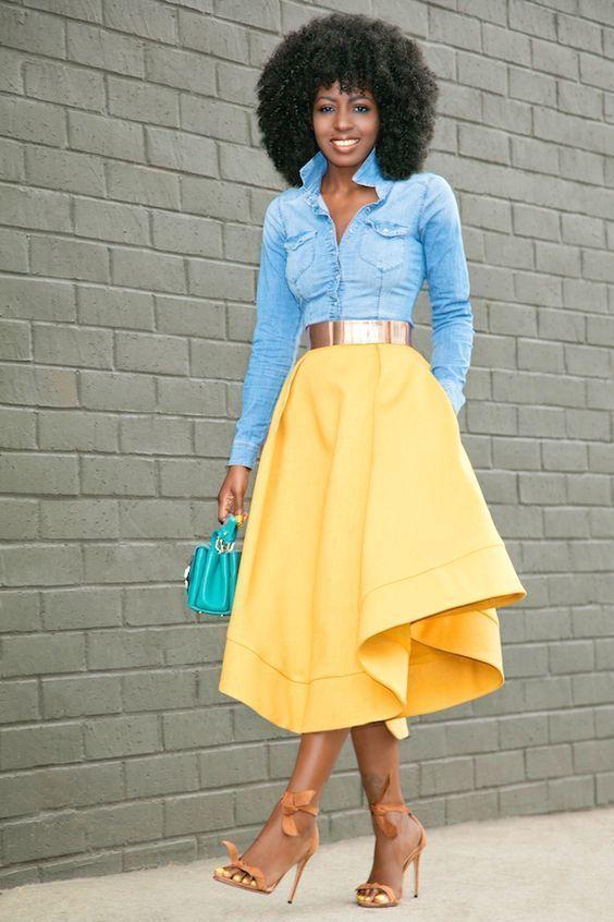 una camisa vaquera celeste y una falda campana amarilla son prendas que debes tener en tu