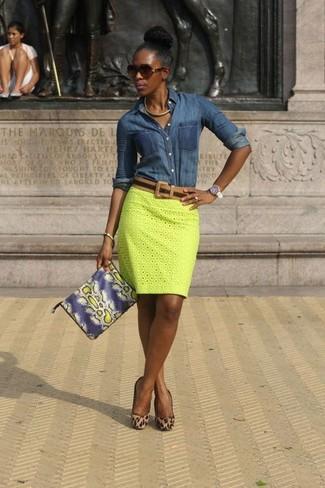 Elige una camisa vaquera azul marino y una falda lápiz amarilla de Dolce    Gabbana para fa39bc65ce64