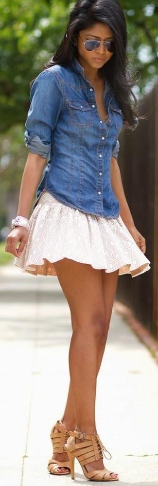 Cómo combinar: camisa vaquera azul, falda skater con estampado geométrico en beige, sandalias de tacón de cuero marrón claro, gafas de sol negras