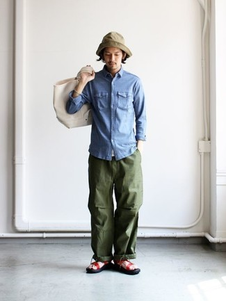 Cómo combinar: camisa vaquera azul, pantalón cargo verde oliva, sandalias de cuero rojas, bolsa tote de lona en beige