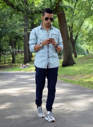 Cómo combinar: camisa vaquera celeste, pantalón cargo azul marino, tenis plateados, gafas de sol negras