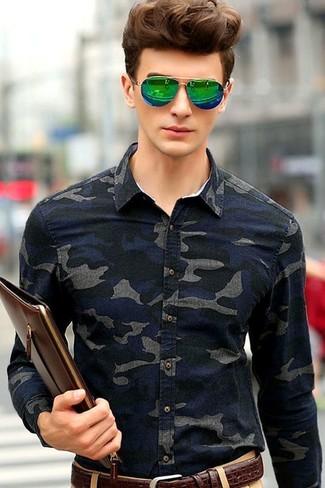 Cómo combinar: camisa vaquera de camuflaje azul marino, pantalón chino marrón claro, bolso con cremallera de cuero en marrón oscuro, correa de cuero en marrón oscuro
