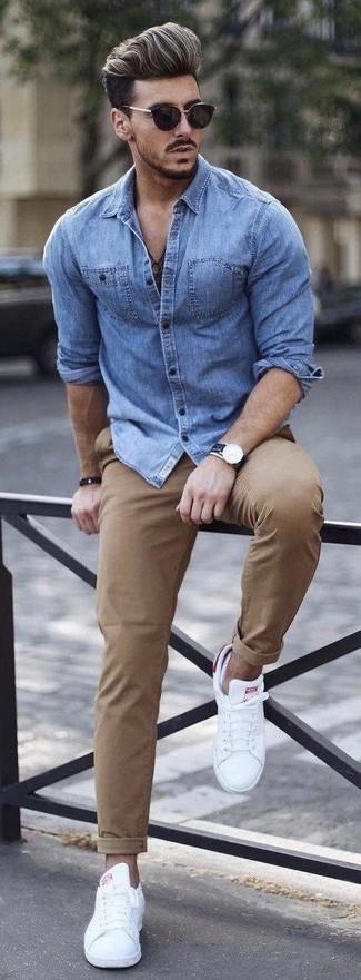Cómo combinar: camisa vaquera azul, pantalón chino marrón claro, tenis blancos, gafas de sol negras