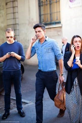 Cómo combinar: camisa vaquera celeste, pantalón de vestir azul marino, bolsa de viaje de cuero marrón, correa de cuero en marrón oscuro