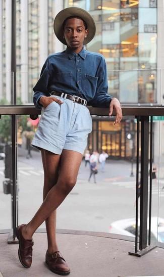 Cómo combinar: camisa vaquera azul marino, pantalones cortos vaqueros celestes, zapatos con hebilla de cuero en marrón oscuro, sombrero de paja marrón claro