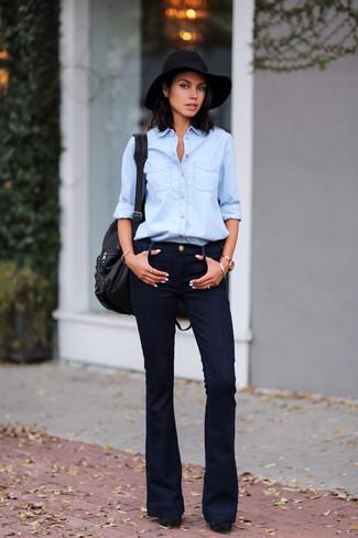 Cómo combinar: camisa vaquera celeste, vaqueros de campana negros, zapatos de tacón de ante gruesos negros, mochila de cuero negra