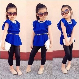 Cómo combinar: camiseta azul, leggings negros, bailarinas en beige