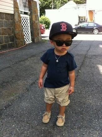 Cómo combinar: camiseta azul marino, pantalones cortos en beige, náuticos marrón claro, gorra de béisbol negra