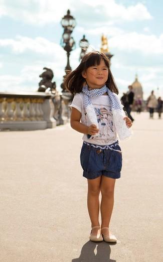 Cómo combinar: camiseta estampada blanca, pantalones cortos vaqueros azul marino, bailarinas en beige, bufanda en blanco y azul