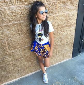 Cómo combinar: camiseta blanca, pantalones cortos azules, zapatillas blancas, gafas de sol negras