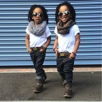 Cómo combinar: camiseta blanca, vaqueros azul marino, botas en marrón oscuro, bufanda de rayas horizontales blanca