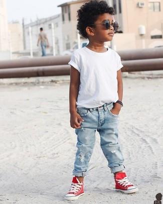 Cómo combinar: camiseta blanca, vaqueros celestes, zapatillas rojas, gafas de sol negras