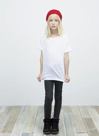 Cómo combinar: camiseta blanca, vaqueros negros, botas negras, gorro rojo