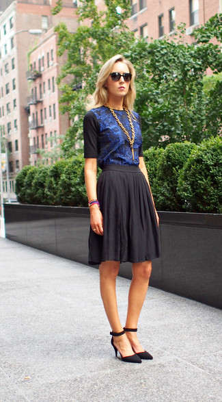 Cómo combinar: camiseta con cuello circular con print de flores azul, falda skater negra, zapatos de tacón de ante negros, collar dorado