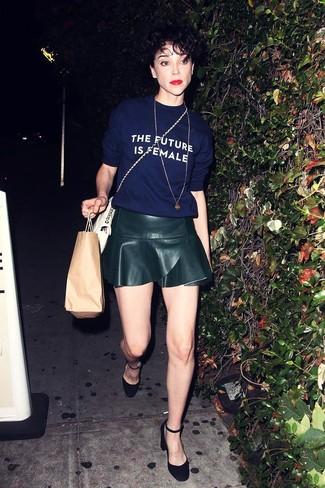 Cómo combinar: camiseta con cuello circular estampada azul marino, falda skater de cuero negra, zapatos de tacón de ante negros, bolso bandolera de cuero blanco