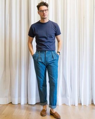 Cómo combinar: camiseta con cuello circular azul marino, vaqueros azules, mocasín de ante marrón