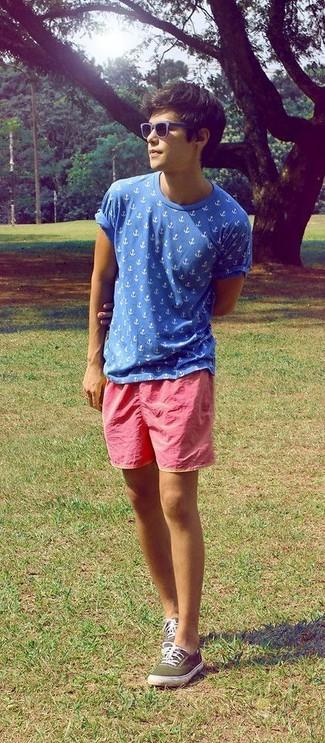 Cómo combinar: camiseta con cuello circular estampada azul, pantalones cortos rosa, tenis de lona verde oliva, gafas de sol azul marino