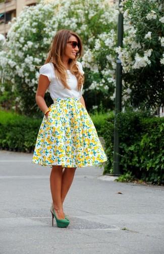 Cómo combinar: camiseta con cuello circular blanca, falda campana estampada en blanco y amarillo, zapatos de tacón de ante verdes, gafas de sol en marrón oscuro