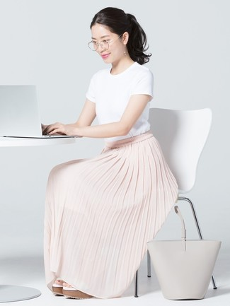 Cómo combinar: camiseta con cuello circular blanca, falda larga plisada rosada, sandalias con cuña de cuero blancas, bolsa tote de cuero gris