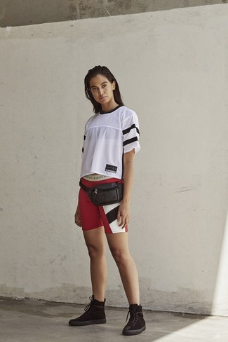 Cómo combinar: camiseta con cuello circular de malla blanca, mallas ciclistas estampadas rojas, botas planas con cordones de ante negras, riñonera de cuero negra