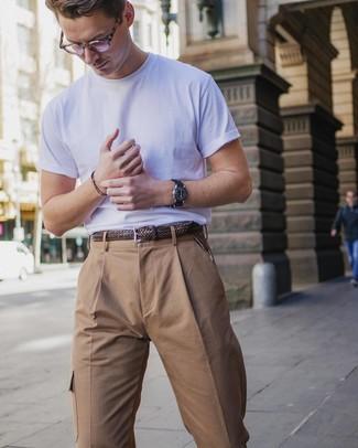 Cómo combinar: camiseta con cuello circular blanca, pantalón cargo marrón claro, correa de cuero tejida marrón, reloj de cuero negro