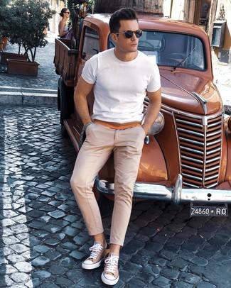 Cómo combinar: camiseta con cuello circular blanca, pantalón chino en beige, tenis de lona marrón claro, gafas de sol azul marino