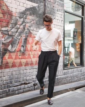 Cómo combinar: camiseta con cuello circular blanca, pantalón chino de lino negro, mocasín de cuero burdeos, reloj de cuero negro