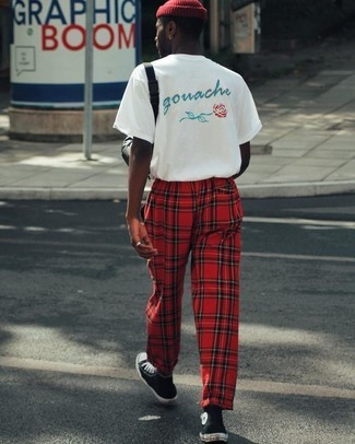 Cómo combinar: camiseta con cuello circular estampada blanca, pantalón de chándal de tartán rojo, zapatillas altas en negro y blanco, gorro rojo