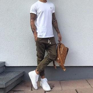 Cómo combinar: camiseta con cuello circular blanca, pantalón de chándal verde oliva, zapatillas altas blancas, mochila de cuero marrón