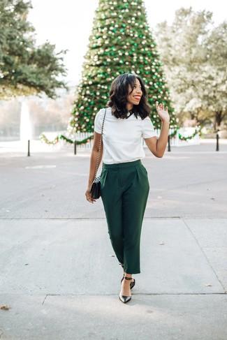 Cómo combinar: camiseta con cuello circular blanca, pantalón de pinzas verde oscuro, zapatos de tacón de cuero negros, bolso bandolera de cuero acolchado negro