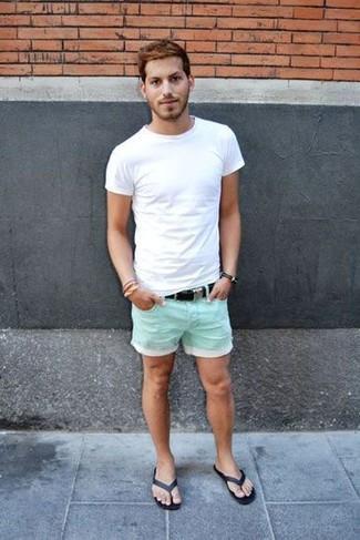 Cómo combinar: camiseta con cuello circular blanca, pantalones cortos en verde menta, chanclas negras, correa de lona negra