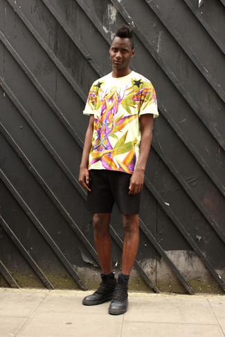 Cómo combinar: camiseta con cuello circular estampada blanca, pantalones cortos negros, zapatillas altas de cuero negras, calcetines negros